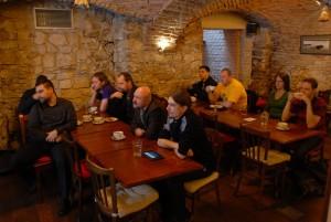 Účastníci se zaujetím sledují prezentaci.